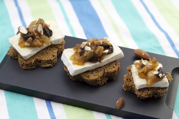 Canapés de pain noir, compote de poire et raisin à la cannelle, Caprice des Dieux, brisures d'amandes - Photo par Quiveutdufromage.com
