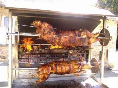 Cochon de lait à la broche (grill) - Photo par laveni