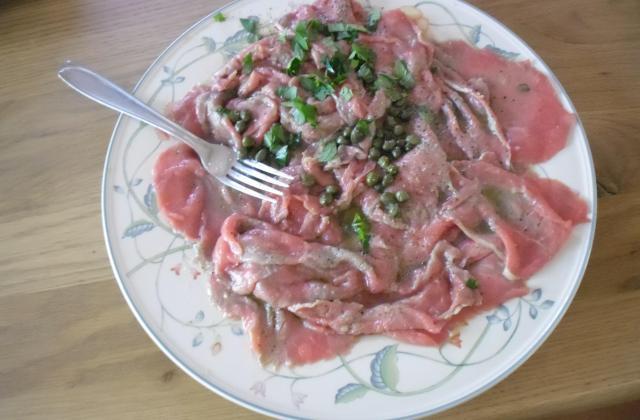 Carpaccio de bœuf à la marinade d'huile d'olive, citron et câpres - Photo par cuistomaco