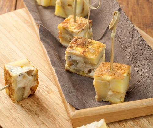 Carrés de tortilla tiède au Bresse Bleu - Photo par Quiveutdufromage.com