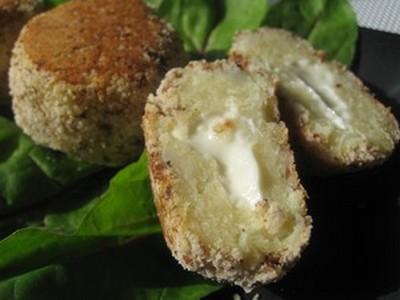 Bouchées chou-fleur au cœur coulant de roquefort en salade avec sa petite vinaigrette roquefort - Photo par Orts