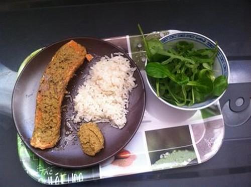 Pavé de saumon mariné à la tapenade verte à la truffe, son riz blanc et son mélange mâche et roquette - Photo par benedixo