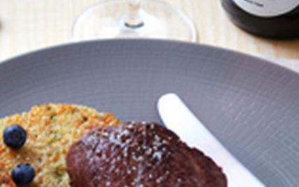 Pavé de biche sur galette de quinoa, sauce pinot noir d'Alsace rouge et aux myrtilles - Photo par Vins d'Alsace