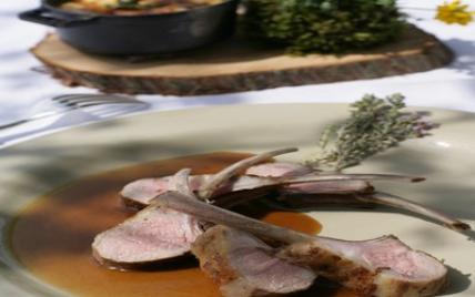 Carré d'agneau fumé au serpolet des claparèdes, rôti en cocotte de fonte une légère infusion de thym citronné argenté - Photo par domainecapelongue