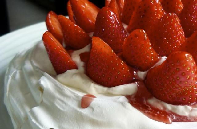 Pavlova aux fraises traditionnelle - Photo par RatatouilletteJo