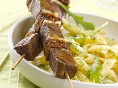 Brochettes de bœuf aux tomates confites et Penne Ricotta - pistou - Photo par refval