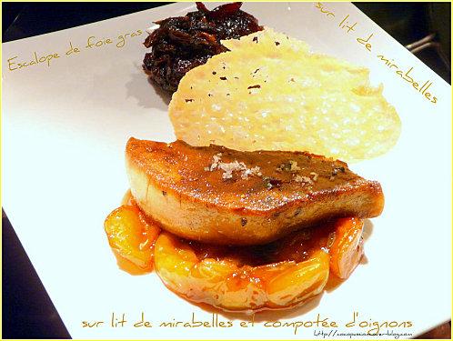 Escalope de foie gras et sa tuile sur lit de mirabelles compotée d'oignons - Photo par cocopa