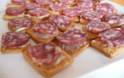 Toasts à la crème de pur brebis et saucisse sèche - Photo par ptitelC