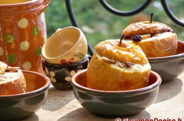 Entre la pomme et le fromage : Pomme cuite, farçie au Roquefort Papillon - Photo par Gourmandenise