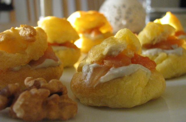 Petits choux farcis à la crème de roquefort, noix et saumon fumé - Photo par LoloTambouille