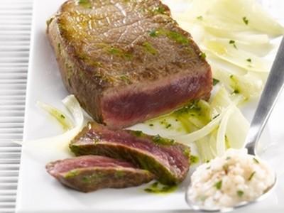 Pavés de bœuf Maître d'hôtel à la fondue de fenouil et à la purée d'haricots blancs - Photo par refval