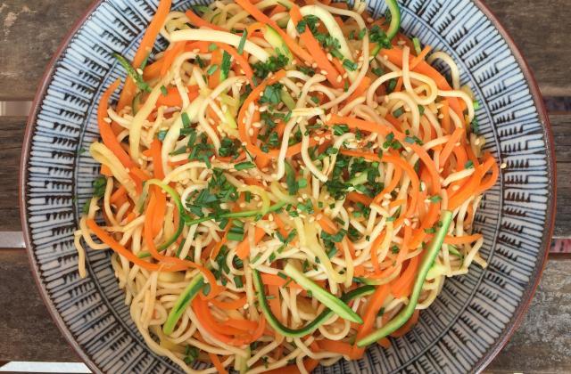 Nouilles sautées faciles aux carottes, courgettes et sauce soja - Photo par Pascale Weeks