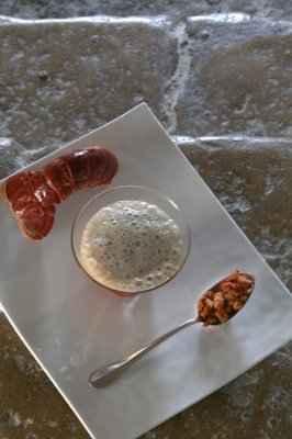 Le velouté mousseux de homard dit « Breton » en cappuccino de mousserons des près - Photo par 750g