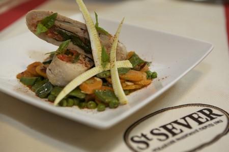 Filets de volaille poché à la tomate, fricassé de légumes printaniers au basilic - Photo par St SEVER