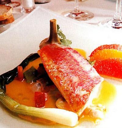 Filets de rouget aux agrumes, coques et artichauts, émulsion de coriandre - Photo par mey30l