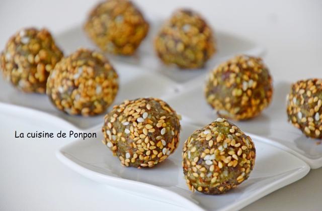 Boules (barres) aux dattes et aux noix, linette et spiruline, vegan - Photo par Ponpon