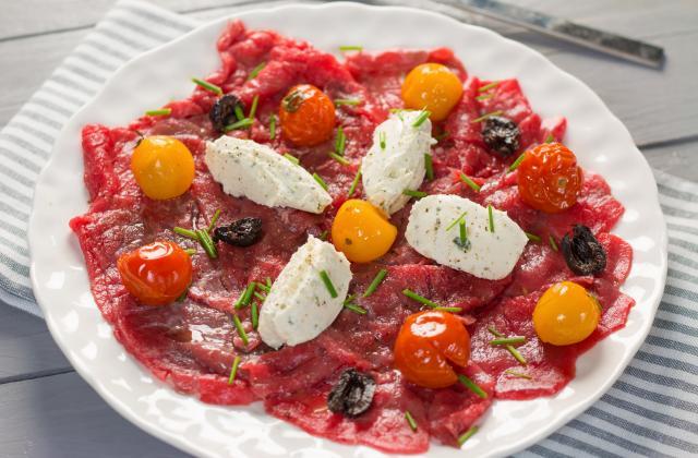 Carpaccio de bœuf, tomates confites, olives noires au Tartare ail et fines herbes - Photo par Quiveutdufromage.com