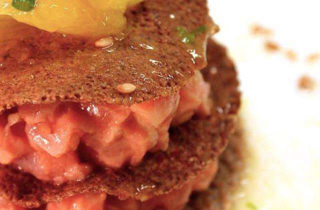 Saumon mariné gingembre et citron vert, galette croustillante, sauce orange. - Photo par Cooking Mumu.com