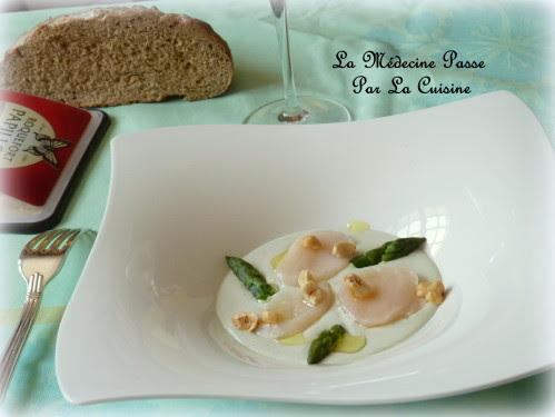 Saint-Jacques en carpaccio et crème de roquefort Papillon, asperges vertes et noisettes - Photo par Un macaron, une glace, deux chocolatines