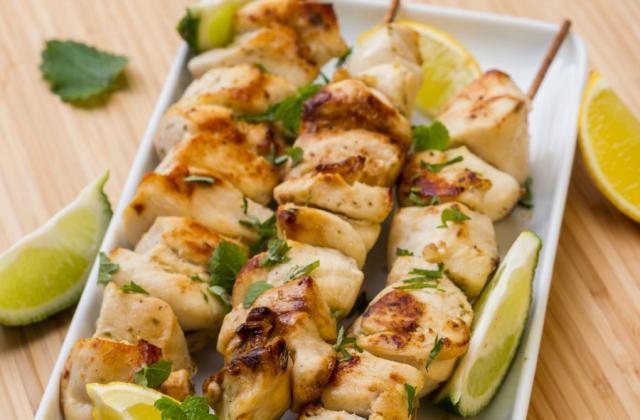 """Brochettes de poulet marinées à l""""huile d""""olive et au citron - Photo par julient6t"""