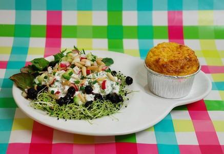 Salade fraîcheur acidulée et muffin carotte à La Faisselle Les 2 Vaches - Photo par Les 2 vaches