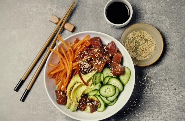 Poke bowl au thon avocat quinoa et crudités - Photo par 750g