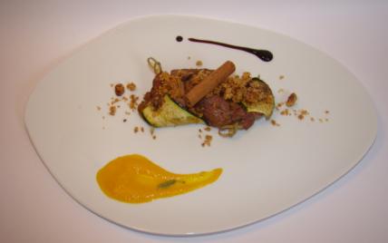 Tresse d'agneau et courgette aux saveurs orientales, jus de carotte à l'orange, crumble au pain d'épices - Photo par Sandrine Baumann