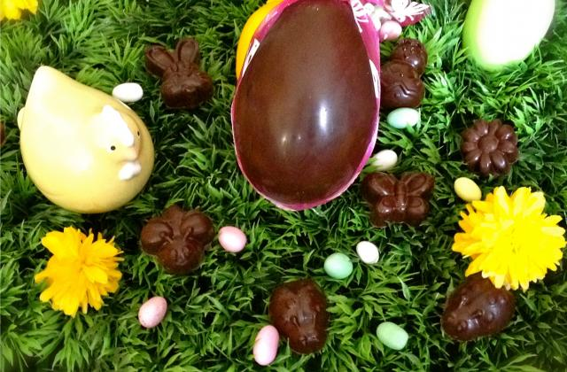 Chocolats noirs fourrés aux pistaches, ganache et coulis de framboise - Photo par Les gourmandises de Choucha