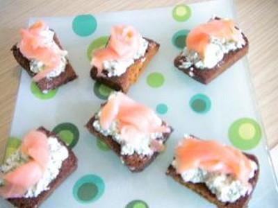 Toasts de pain d'épices sans gluten au saumon - Photo par provenX