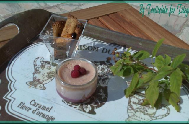Crème dessert à la nectarine et aux éclats de framboise sur son coulis - Photo par Toutitelulu