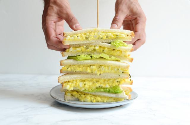 Club sandwich aux œufs durs - Photo par Nadia Paprikas