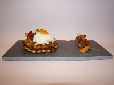 Tatin d'échalotes et de rattes, œuf poché, coppa et vieille mimolette - Photo par Sandrine Baumann
