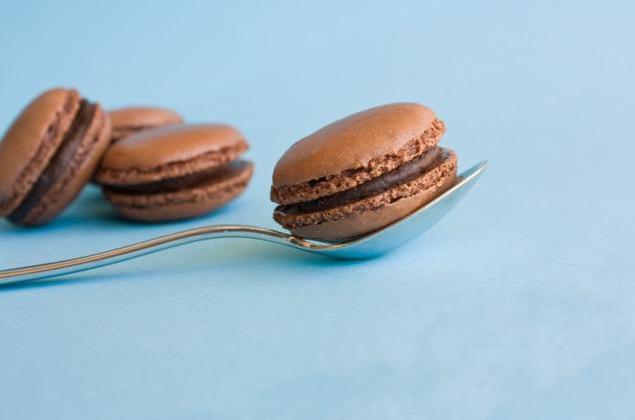 Macarons chocolat noir et blanc - Photo par kornce