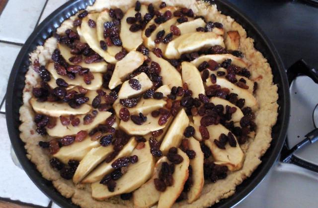 Tarte pomme-amande-raisins secs - Photo par valoou