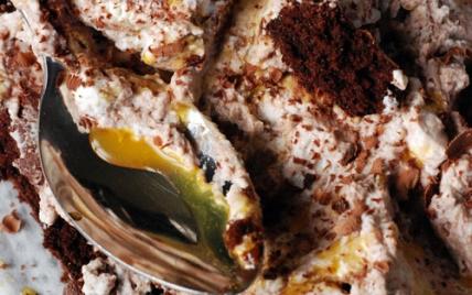 Gâteau au chocolat, chantilly au chocolat et passion - Photo par dorian_nieto