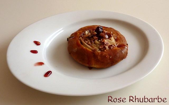 Tartelette briochée cranberries à la Fourme d'Ambert et aux poires et sa réduction de jus de cranberries aux noisettes concassées - Photo par Membre_248867
