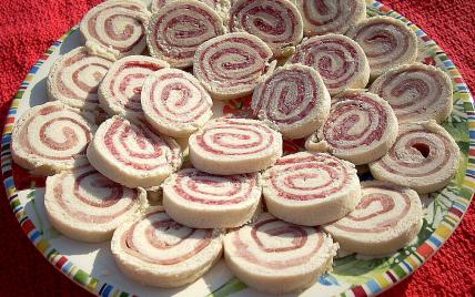 Petits roulés au jambon et au salami - Photo par La soupe à la citrouille
