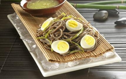 Salade de nouilles Soba sur lit de glace - Photo par Tanoshi