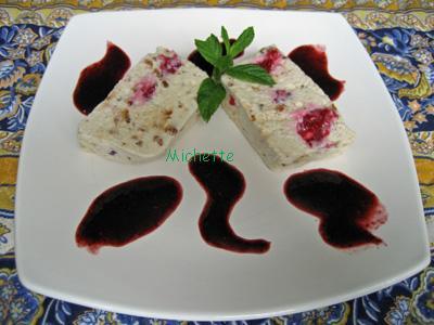 Nougat glacé à la crème de nougat, brousse, framboise et son coulis - Photo par baylerC