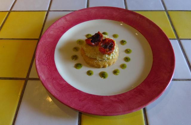 Sablés au comté à la crème pâtissière à l'ail de Lomagne, tomates confites et coulis basilic - Photo par angoli