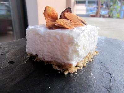 """Cheesecake salé à la mousse d""""ail blanc de Lomagne, chips d""""ail - Photo par nadasto"""