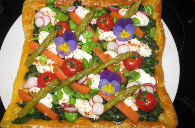Tarte de fromage frais aux légumes de printemps et pensées - Photo par soniasg