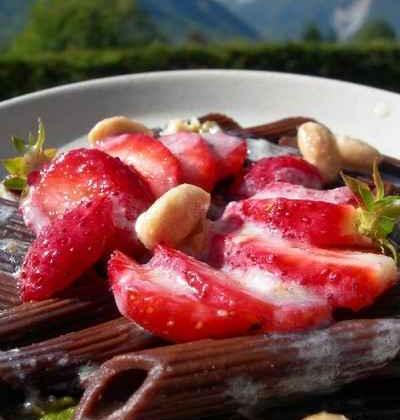 Pâtes au chocolat, fraises et coulis de nougat - Photo par leplai