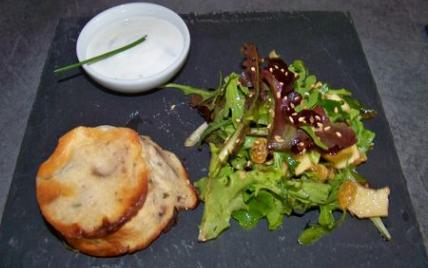 Flan frais de chévre aux olives et parmesan et petite salade pomme et sésame - Photo par darton