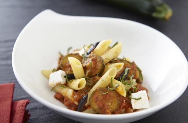 Salade de penne aux Courgettes, chèvre frais, basilic et olives noires - Photo par Cassegrain