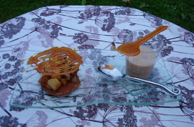 Petits pancake à la farine de châtaignes, compotée pomme poire façon mendiant, sauce à la confiture de lait - Photo par Sandrine Baumann