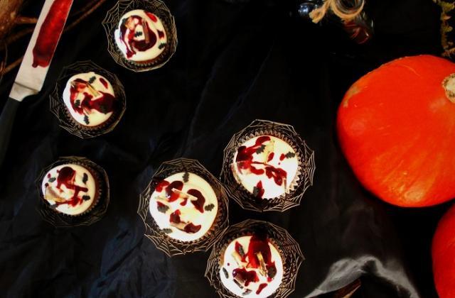 Cupcakes ensanglantés chocolat blanc framboise cœur purulent de pomme - Photo par chachoualacreme
