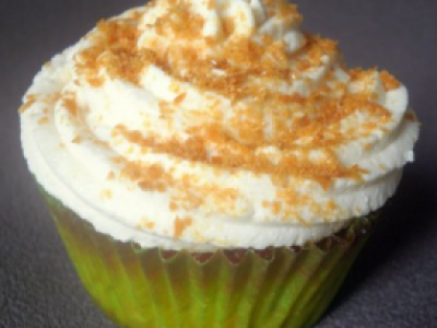 Cupcake aux pommes caramélisées, topping crème fouettée et poudre de caramel au beurre salé - Photo par la lettre gourmande