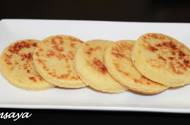 Mini harcha ou galette marocaine à la semoule - Photo par chamsaya