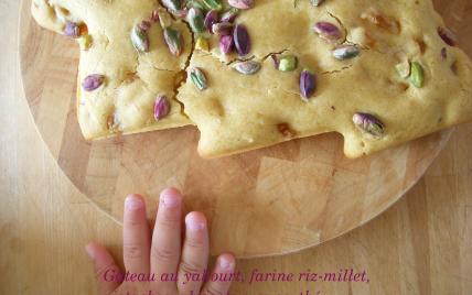 Gâteau au yaourt, farines riz-millet, pistaches, abricots secs au thé - Photo par elisev
